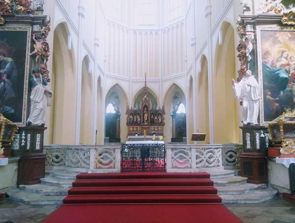 聖母マリア大聖堂の内観