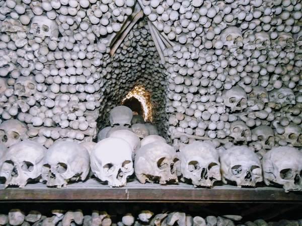 セドレツ納骨堂の保管庫