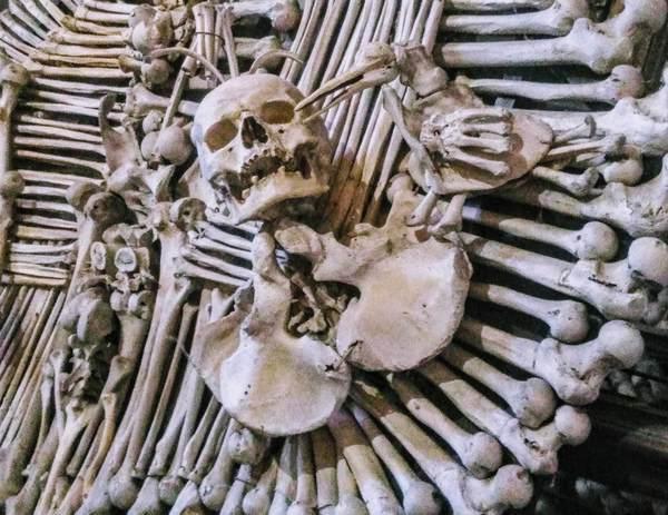 セドレツ納骨堂の骸骨装飾