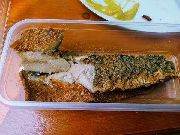 ヴィクトアリエンマルクトで購入した魚料理