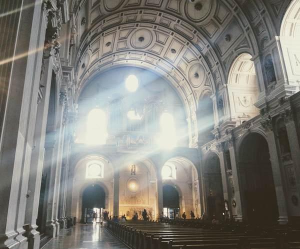聖ミヒャエル教会に光が差し込んだ画像