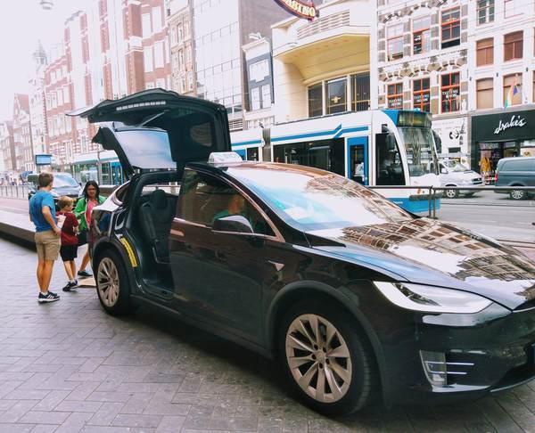 アムステルダムのタクシー(ガルウィング)