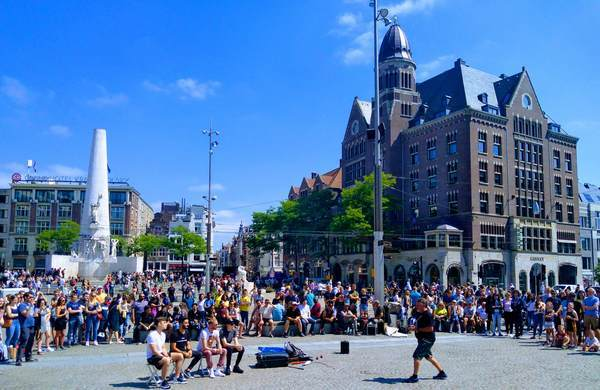 アムステルダムのダム広場で路上パフォーマンス