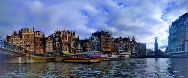 運河クルーズから見たアムステルダム市内の景観