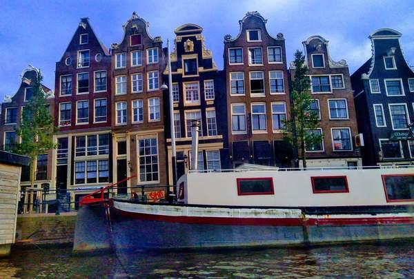 アムステルダム市内の傾いた建物の外観