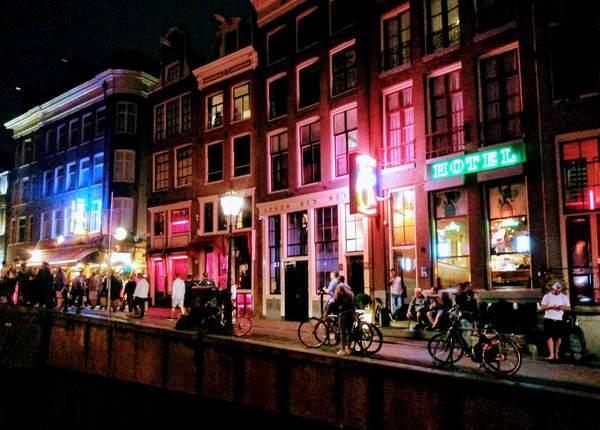 アムステルダムの飾り窓地区を歩く多くの観光客