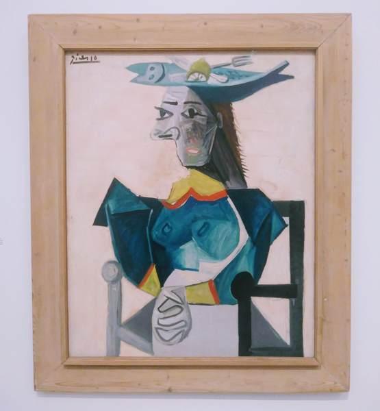 ピカソの絵画「魚の帽子を被り坐せる女」