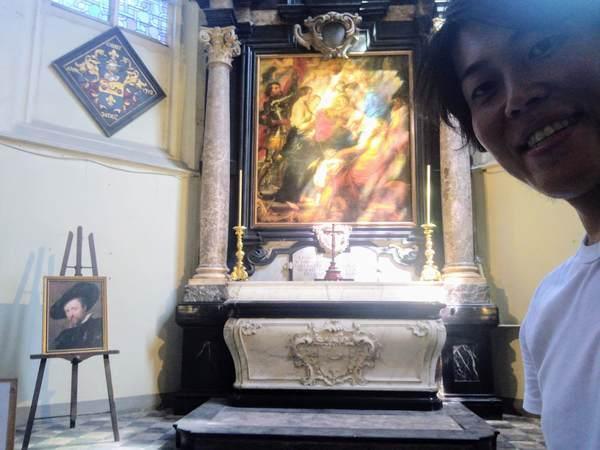 ルーベンスの絵画「聖人に囲まれたマリア」と記念撮影