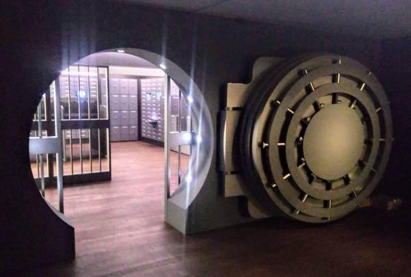 分厚い扉の金庫室