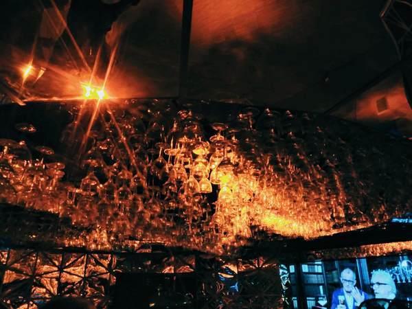ビアグラスで彩られた部屋