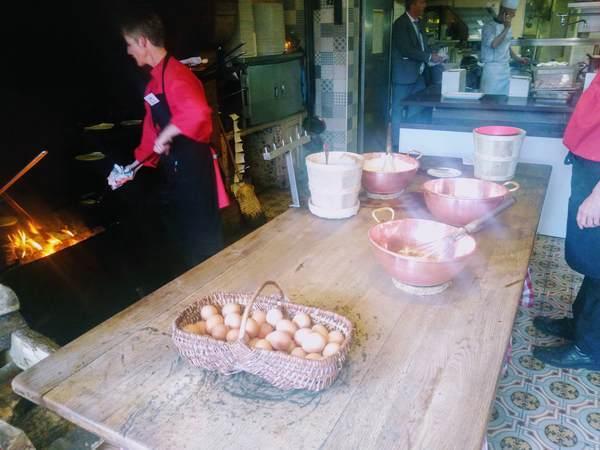 ラ・メール・プラールのふわふわオムレツの調理風景
