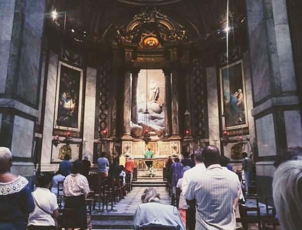 聖母マリアの礼拝堂で礼拝している様子