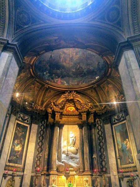 サン・シュルピス教会にある聖母子像
