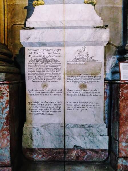 サン・シュルピス教会にあるグノモンの日時計の下部