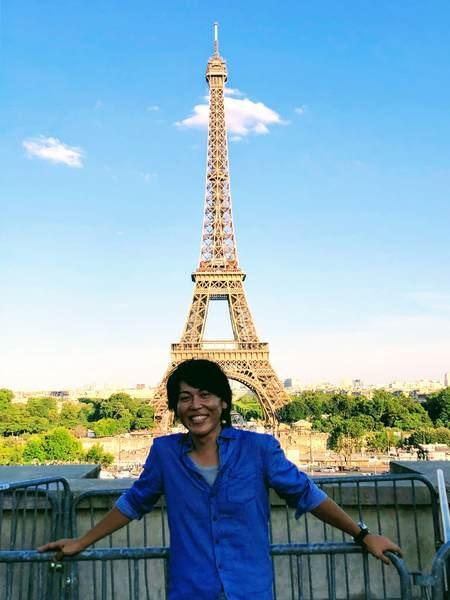 エッフェル塔を背景に記念撮影