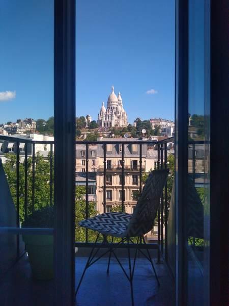 バルコニーから望むサクレ・クール教会の景色
