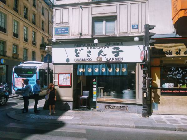 パリ市内にあるラーメン屋「どさん子」