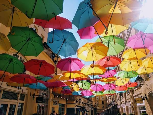 カラフルの傘で埋め尽くされた風景