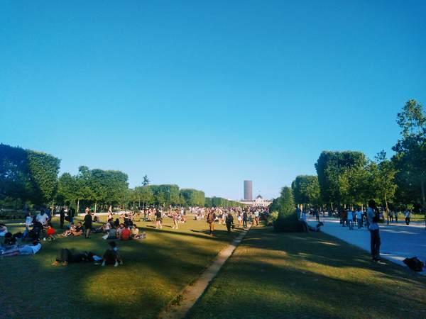 人々で賑わうシャン・ド・マルス公園