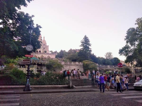 サクレクール寺院と大勢の観光客