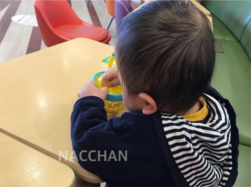 SKIP*HOPのお菓子入れに苦戦する息子