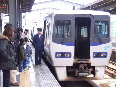 連結する列車を待つ特急いしづち@坂出駅