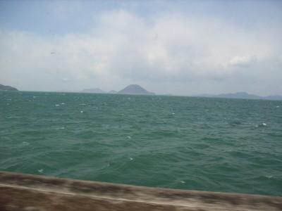 瀬戸内海の間近を走る列車からの眺め@予讃線