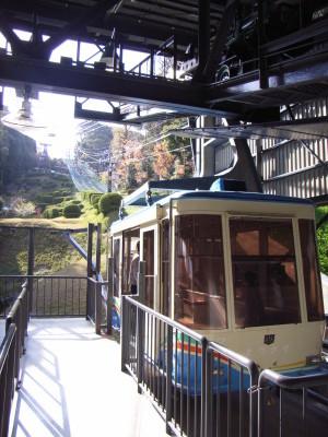 松山城の本丸へ登るロープウェー