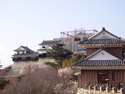 松山城(奥の天守閣は工事中)