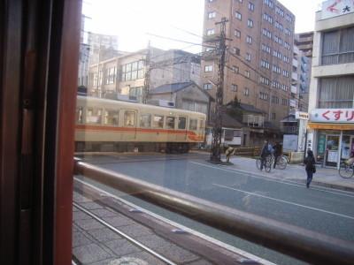 路面電車と普通の電車が交差する踏み切り@松山