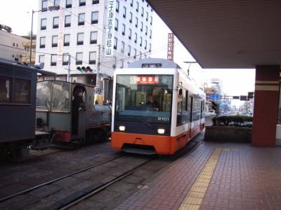 坊ちゃん列車と最新の路面電車@松山