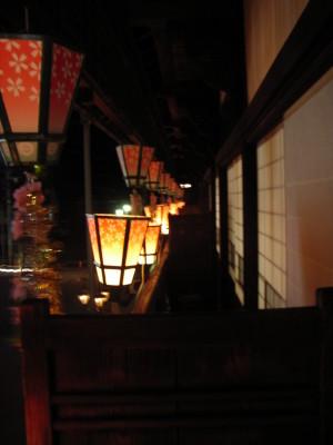 縁側に並ぶ灯篭@道後温泉本館