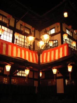ランプと灯篭の共演@道後温泉本館