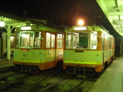 道後温泉駅に並ぶ路面電車