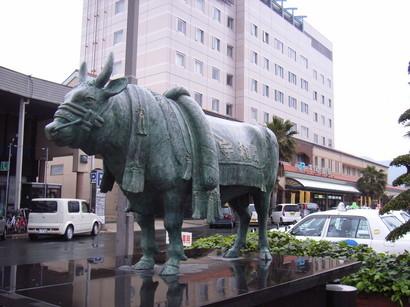 宇和島の闘牛の像@宇和島駅前