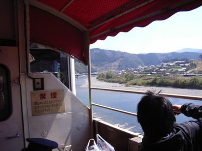 トロッコ列車から四万十川の景色を楽しむ
