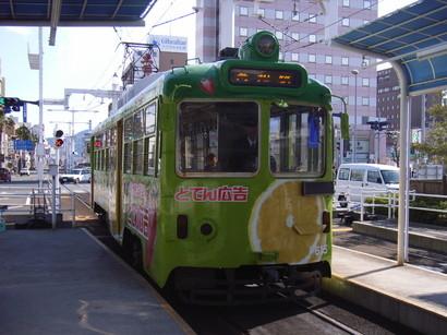 黄緑色の路面電車@高知