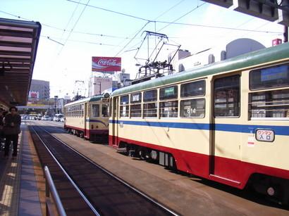 駅で並ぶ路面電車@高知