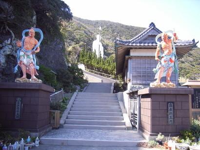 青年大師像の入口を守る仁王像@室戸岬