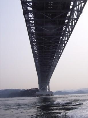 大鳴門橋を下から見上げる