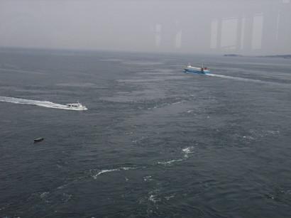鳴門海峡を行き交う船