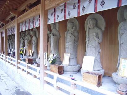 仏像が並ぶ@霊山寺