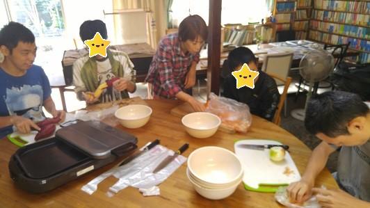 みんなで調理している写真