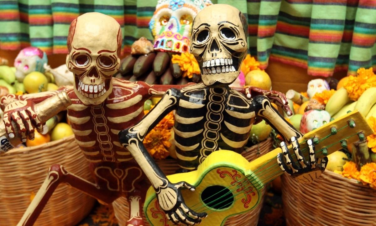 死者の祭りギターを弾く骸骨