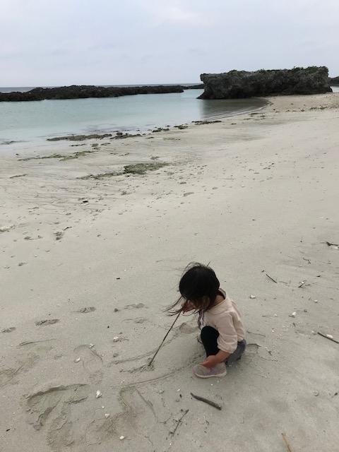 スギラビーチの砂で遊ぶ我が子