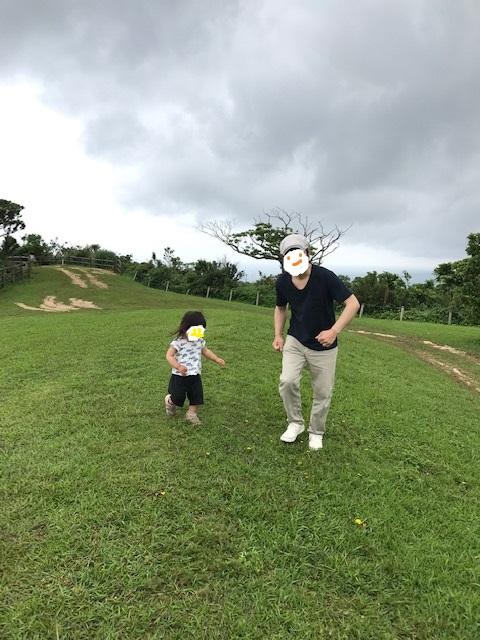 追いかけっこする父子