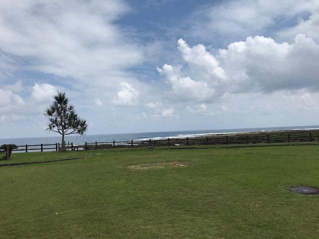 海の近くの公園