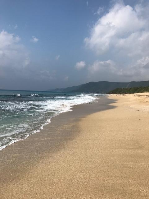 晴れ間のあるビーチ