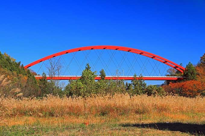 鮮やかな赤の巴川橋