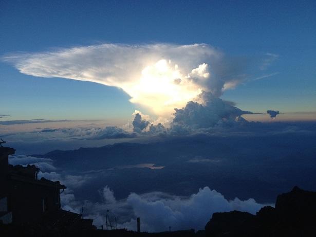 富士登山途中の壮大な雲